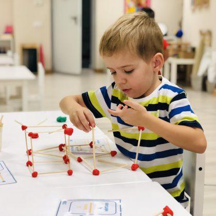 Niño trabajando durante el taller sensorial. Geometría